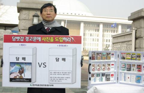 Dr Hong Kwan Seo demonstrating